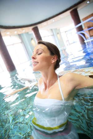 Femme de détente dans la piscine spa d'eau de mer