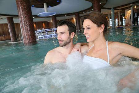 thalasso: Couple en appréciant un bain dans le centre spa jacuzzi