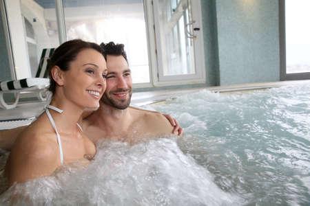 thalasso: Couple en appréciant un bain dans le centre de spa