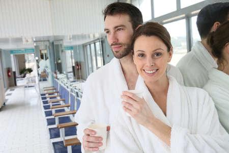thalasso: Portrait d'un couple en peignoir centre de spa salle de relaxation