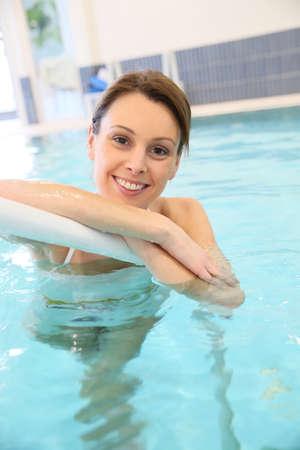 thalasso: Portrait d'une femme belle en piscine Banque d'images