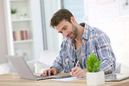 working at home: Hombre de negocios en el pa�s que trabaja en la computadora port�til Foto de archivo