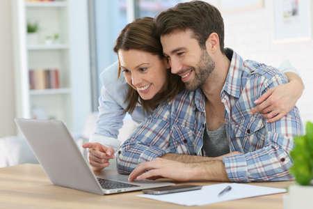 Paar thuis websurfen op internet Stockfoto