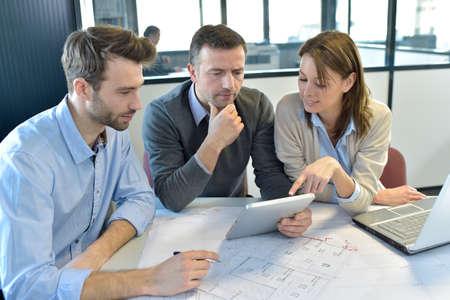 team working: Gli uomini d'affari riuniti intorno al tavolo