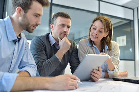 laptop computers: Gli uomini d'affari riuniti intorno al tavolo