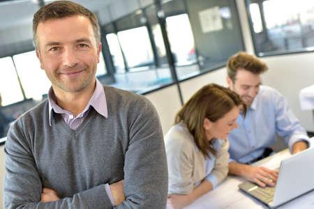 reuniones empresariales: Empresario asistir a la reuni�n con equipo de trabajo