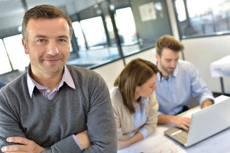 Geschäftsmann Teilnahme an Treffen mit Arbeitsteam