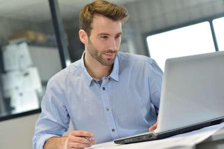 Geschäftsmann im Büro arbeitet an Laptop- Standard-Bild - 36001335