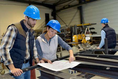 seguridad industrial: Gente industriales reunidos juntos en fábrica Foto de archivo