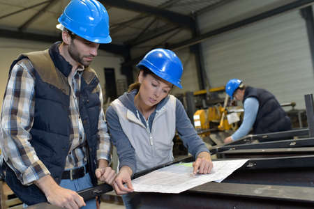 Industriële mensen ontmoeten elkaar in de fabriek Stockfoto