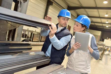 Leverancier met ingenieur controle op de productie in de fabriek Stockfoto