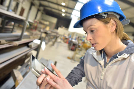 mecanica industrial: Ingeniero de la mujer en la producci�n de cheques planta de acero Foto de archivo