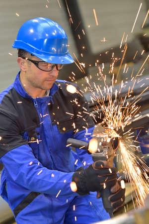 Mens in workshop die metaal vervaardigen Stockfoto