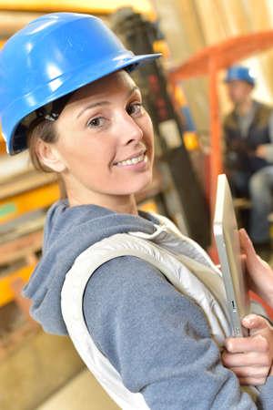contrema�tre: Sourire femme travaillant dans l'entrep�t