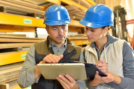 craftsman: Trabajador con el supervisor controlando la acción en almacén