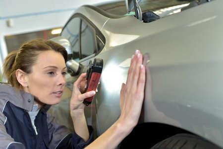 control de calidad: Mujer técnico que trabaja en auto carroceria