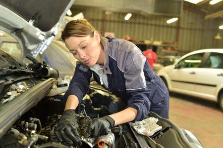 overol: Mujer Técnico que trabaja en el taller de reparación de automóviles Foto de archivo