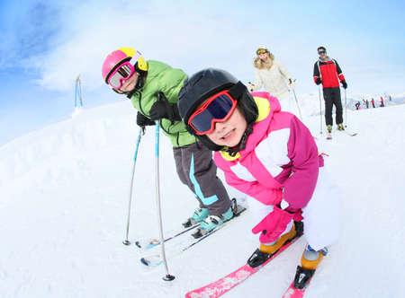 Jong meisje leren hoe om te skiën met familie Stockfoto