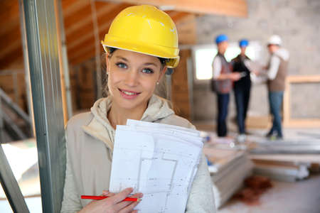 ingeniero: Mujer joven en la formaci�n profesional de la construcci�n