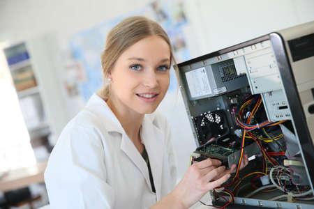 disco duro: Muchacha del estudiante en la tecnología fixug disco duro del ordenador Foto de archivo