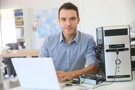 electricista: Ingeniero de proceder a la recuperaci�n de datos desde el ordenador