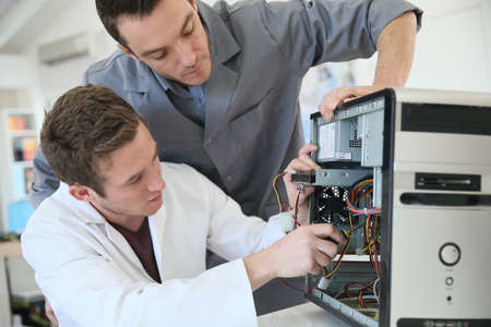 Jongvolwassenen vaststelling van computer hardware in de technologie de school