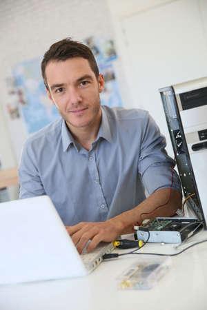 tecnologia informacion: Ingeniero de proceder a la recuperaci�n de datos desde el ordenador