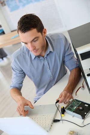 redes electricas: Ingeniero de proceder a la recuperaci�n de datos desde el ordenador