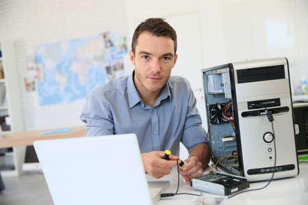 コンピューターからのデータ回復に進むエンジニア 写真素材
