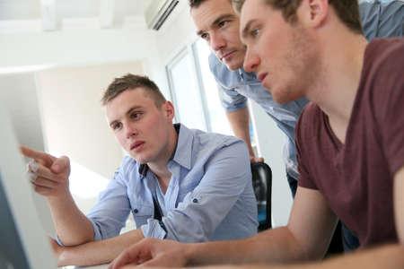 adolescentes estudiando: Los estudiantes en curso de formación de diseño digital con el instructor