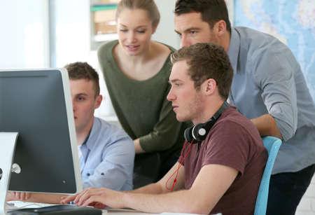 curso de capacitacion: Los estudiantes en curso de formaci�n de dise�o digital con el instructor