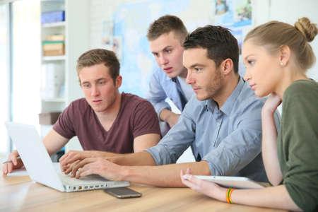 curso de capacitacion: Grupo de jóvenes en formación empresarial Foto de archivo