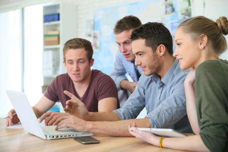 Grupp ungdomar i företagsutbildning Stockfoto