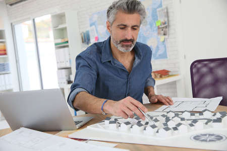 arquitecto: Porrtait del arquitecto sonriente en la oficina