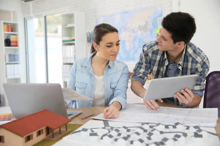 jovenes estudiantes: Los estudiantes de arquitectura que trabajan en proyecto