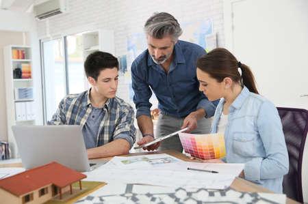 Insegnante con gli studenti di architettura della scuola