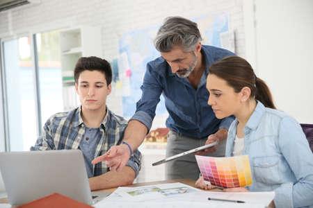 profesor alumno: Profesor con los estudiantes en la escuela de arquitectura