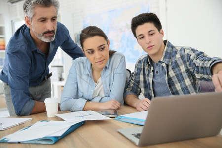 Insegnante di aiutare gli studenti a progetto