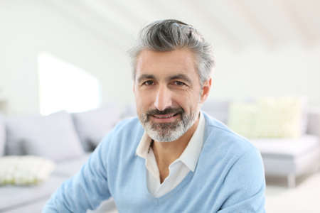 bel homme: Portrait d'un homme d'âge mûr beau avec les cheveux gris