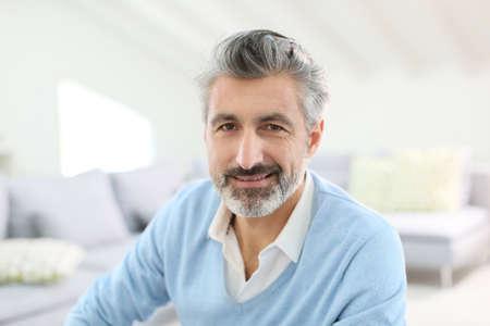 hombres maduros: Retrato de hombre maduro guapo con el pelo gris