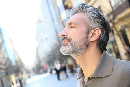 Portret van serene volwassen man in de stad Stockfoto