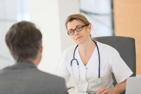 Arzt Treffen mit Patienten im Krankenhaus Büro Standard-Bild - 38651884
