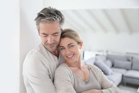 gente feliz: Retrato de pareja madura relajarse en casa