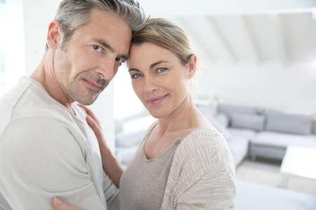 complicit�: Portrait de couple d'�ge m�r montrer de l'amour et de complicit�