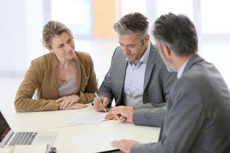성숙한 몇 은행에 금융 계약 서명