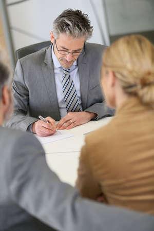 divorcio: Contrato de firma de los pares maduros en la oficina del abogado