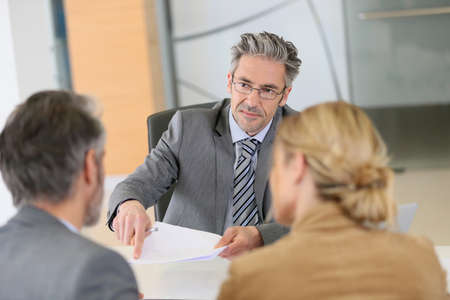 abogado: Contrato de firma de los pares maduros en la oficina del abogado