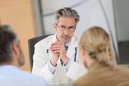 Docteur couple réunion dans le bureau de l'hôpital Banque d'images - 38229183