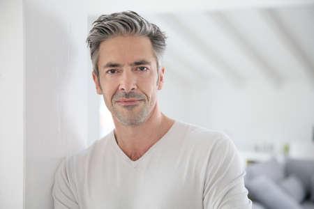 uomo felice: Ritratto di attraente uomo di 50 anni
