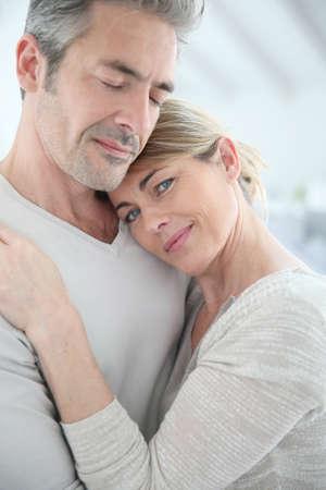사랑과 부드러움으로 포용하는 성숙한 부부